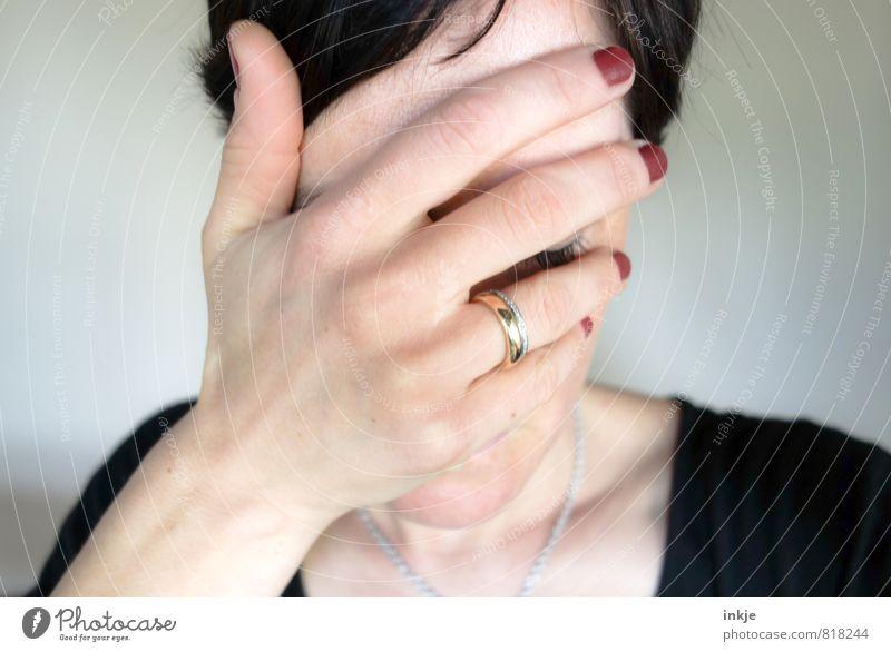 je regrette Mensch Frau schön Einsamkeit Hand Gesicht Erwachsene Leben Traurigkeit Gefühle feminin Stil Stimmung Lifestyle elegant Trauer