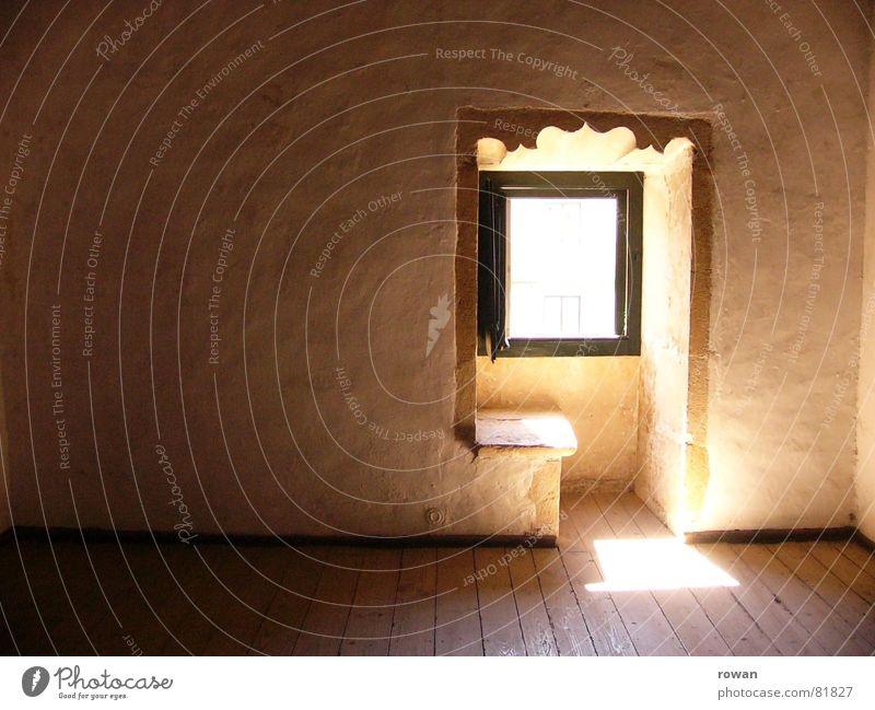 Silentium alt ruhig Einsamkeit Fenster Holz Architektur Raum leer Hoffnung Bank Innenarchitektur geheimnisvoll historisch Fensterscheibe Inspiration