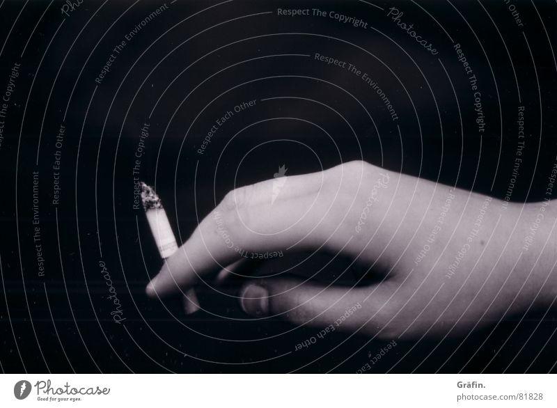 smoking fingers schwarz Hand Zigarette Finger Rauchen Todesarten Schwarzweißfoto Brandasche Gesundheitsrisiko ungesund gesundheitsschädlich Frauenhand