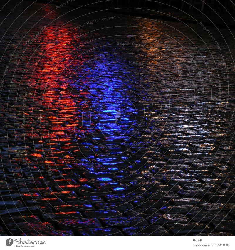 Hollands Farben blau rot schwarz Regen nass Verkehrswege feucht Straßenbelag Pflastersteine Niederlande Lichtschein