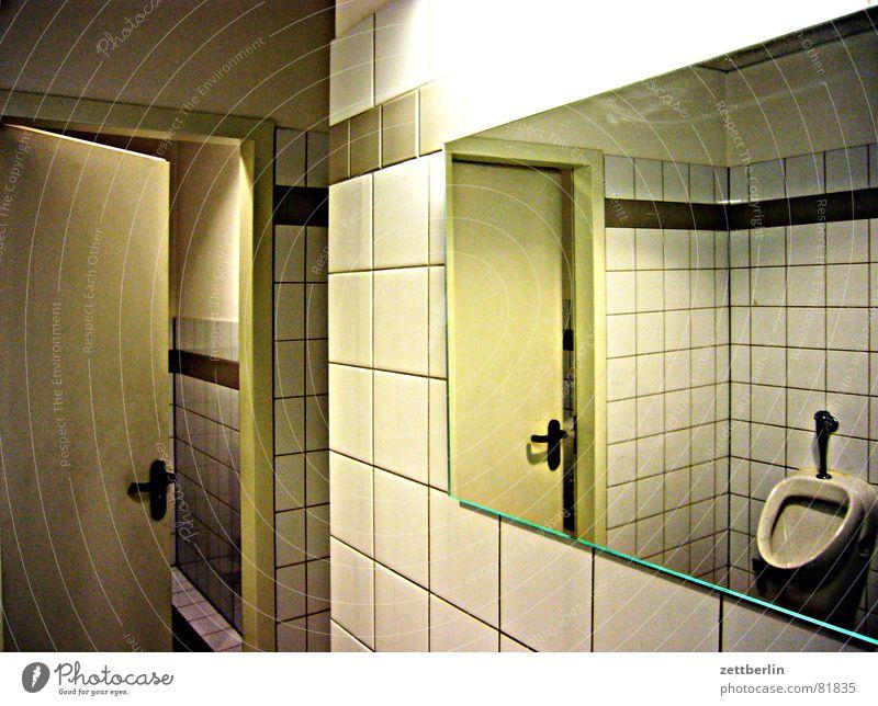 Toilette 250 springen Tür offen warten Vergänglichkeit Sauberkeit Eile Spiegel Riss Neonlicht Furche Spalte packen Schlitz