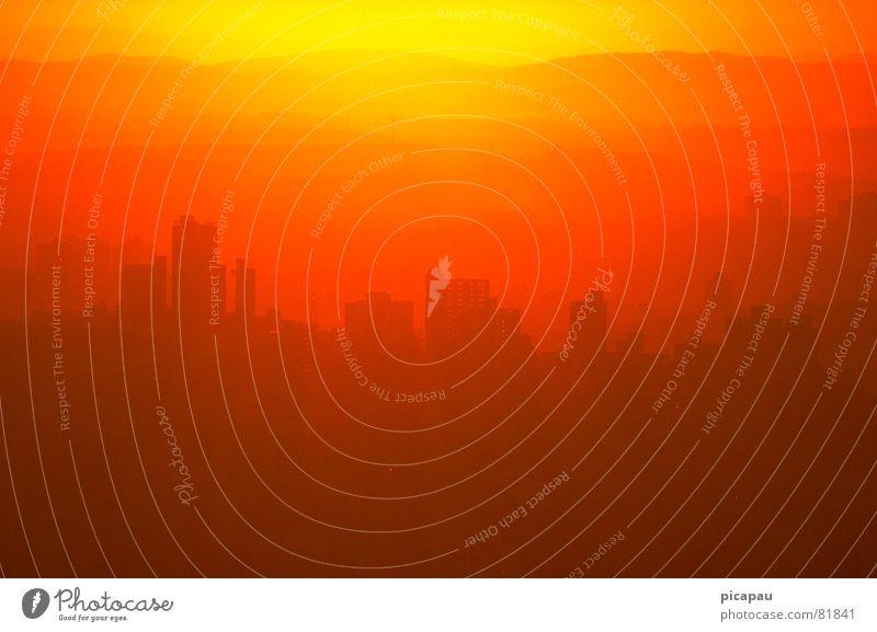 Hochhaussilhouette Belo Horizonte Brasilien Gegenlicht gelb Hügel Südamerika Silhouette orange