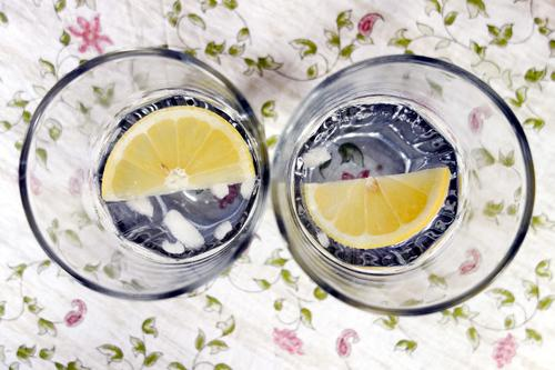 Halbe-halbe Zitronenscheibe Ernährung Getränk Erfrischungsgetränk Trinkwasser Alkohol Longdrink Cocktail Gin Tonic Eiswürfel Glas Ferien & Urlaub & Reisen