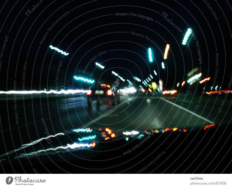 Beim Autofahren zittern .. Stadt dunkel Arbeit & Erwerbstätigkeit PKW Linie Verkehr Müdigkeit frieren Verkehrswege Gleichgültigkeit Fahrbahn Unlust Motorhaube wackeln Berufsverkehr Fahrbahnmarkierung