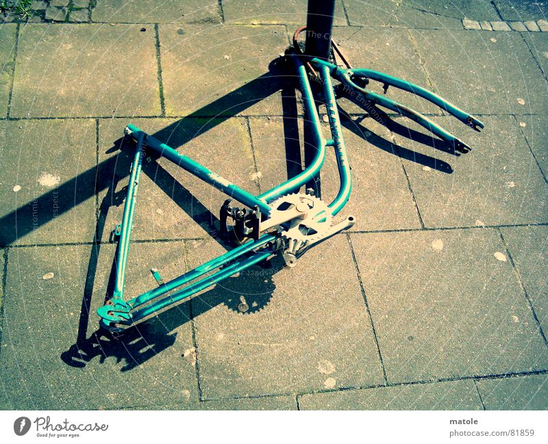 radlos unbrauchbar Fahrradschlauch Diebstahlsicher stur Schrott Einsamkeit bewegungslos vergessen Bürgersteig Rest Sicherheit angekettet Vandalismus ratlos