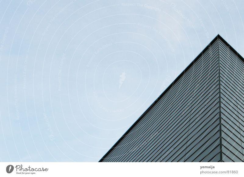 Da gehts lang... Haus Hochhaus Gebäude Material Fenster vermieten Block Fassade Etage trist Plattenbau Wohnung Flachdach himmlisch Unendlichkeit Luft Aufenthalt
