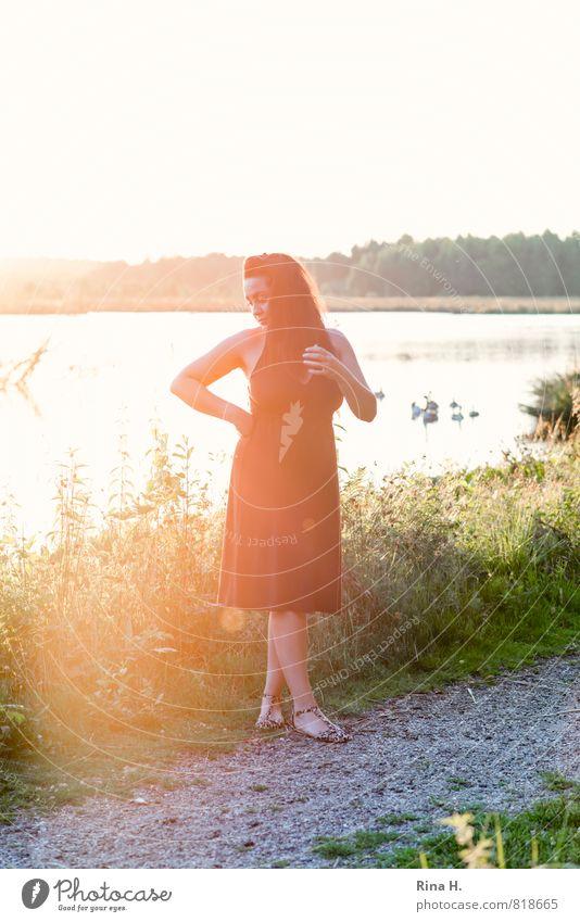 GegenlichtLady am See Mensch Frau Natur Sommer Sonne Landschaft Umwelt Erwachsene Gras Wege & Pfade See Horizont Wildtier Sträucher Schuhe stehen