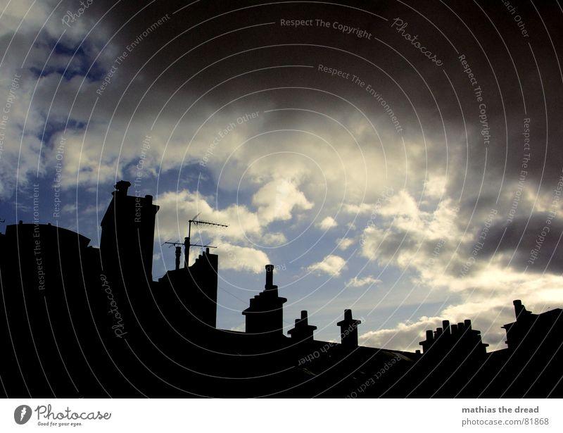 anrollendes gewitter Gewitterwolken Schornstein Haus Gebäude Fassade Dach Schattenspiel Altbau Antenne Wolken bedrohlich dunkel grau rund Regen trist