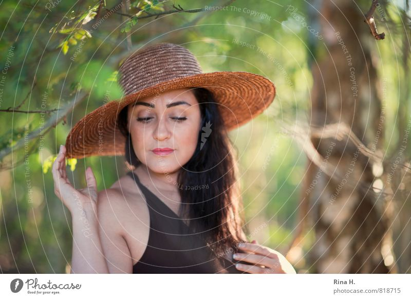Madame R. III Baum Blatt Wald Kleid Hut stehen Rooya Hand Licht Unschärfe Schwache Tiefenschärfe Porträt Oberkörper Blick nach unten