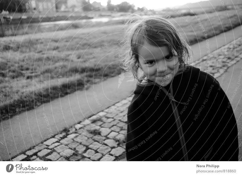 ich weiß etwas, was du nicht weißt! Mensch Kind Mädchen Leben Gefühle Wiese feminin Gras Wege & Pfade Glück Kopf Körper Kindheit stehen Lächeln Schönes Wetter