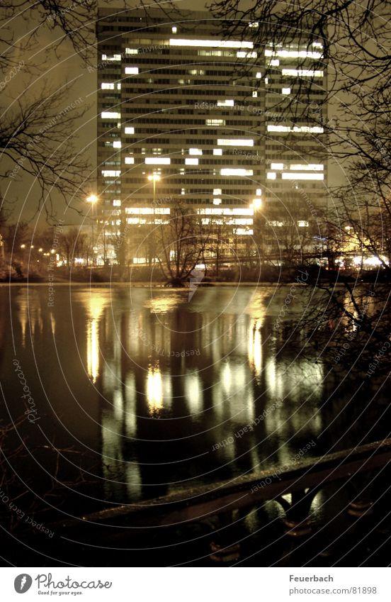 Dreischeibenhochhausimspiegel Farbfoto Außenaufnahme Abend Nacht Licht Reflexion & Spiegelung Lichterscheinung Winter Garten Arbeit & Erwerbstätigkeit Wasser
