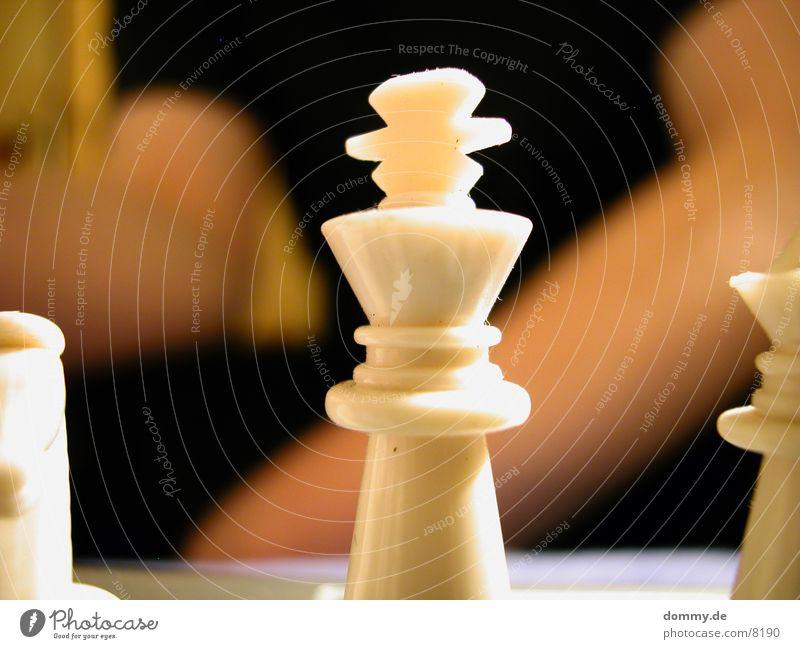 König in Gefahr alt weiß Macht Symbole & Metaphern Schach Schachfigur Krone Spielfigur Monarchie