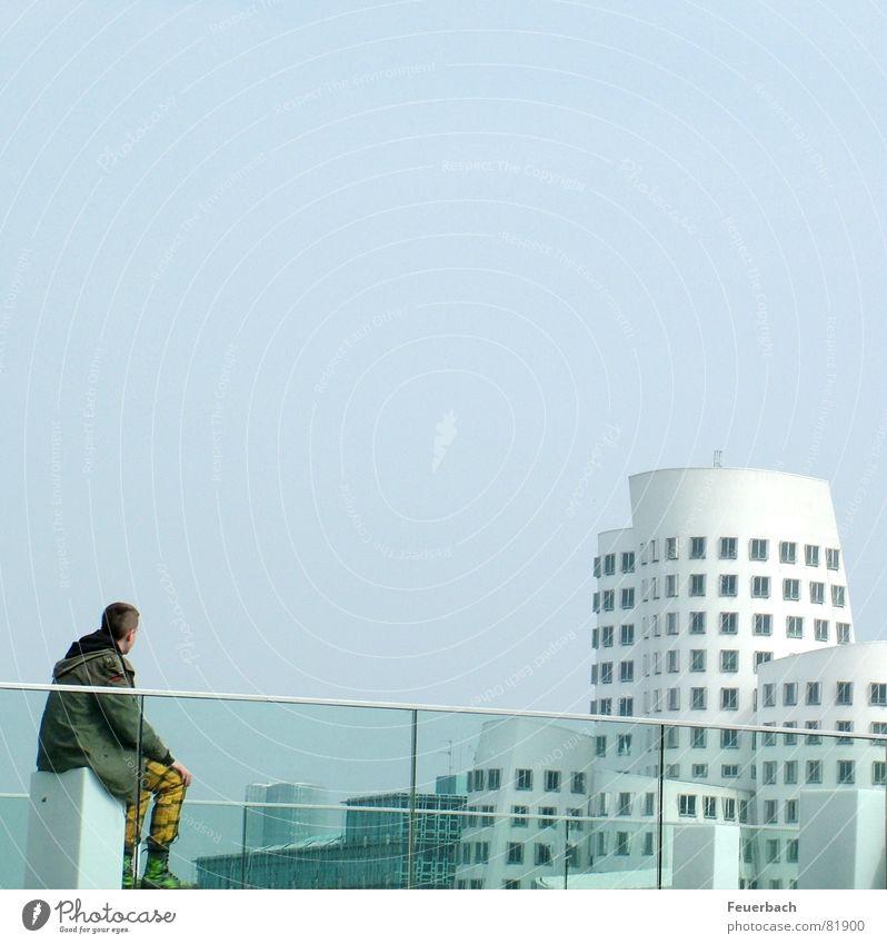 Punk schaut auf die moderne Welt Mensch Himmel Düsseldorf Jugendliche Stadt Einsamkeit Haus Fenster Gebäude sitzen maskulin Perspektive Baustelle Romantik Bauwerk Hafen