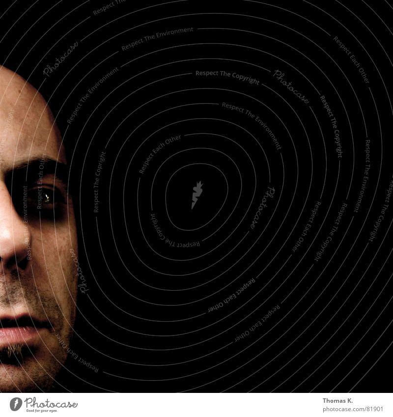 LEFT fertig schwarz dunkel Porträt grimmig böse bedrohlich seltsam Kopf ernst außergewöhnlich Gesicht skurril Hautfarbe kaputt Mann Nase