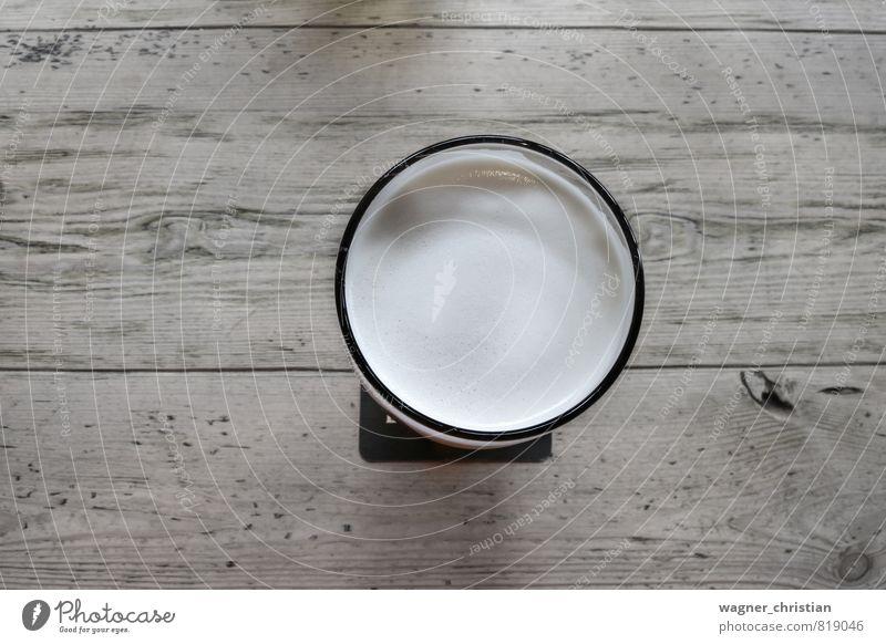 Bierglas auf Holztisch Getränk Erfrischungsgetränk authentisch Coolness Flüssigkeit Genusssucht Glas hell Farbfoto Detailaufnahme Menschenleer