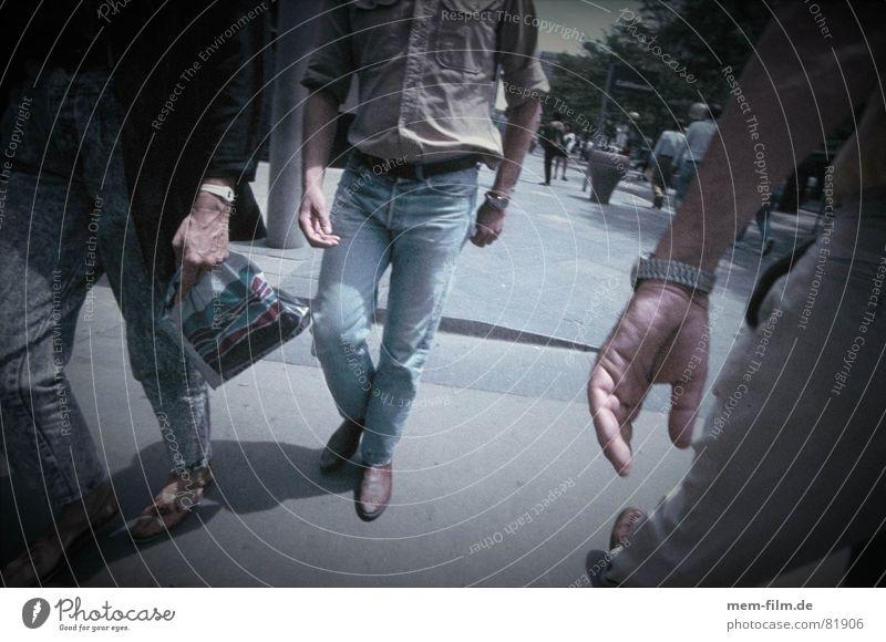 spy 1 Mensch Hand Einsamkeit kalt Schuhe gehen Angst laufen kaufen Spaziergang geheimnisvoll Kontakt Verkehrswege Gesellschaft (Soziologie) verloren Panik