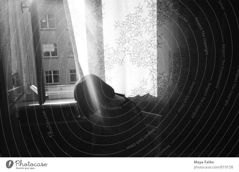 lass die sonne rein feminin Sonne Sonnenlicht Fenster Häusliches Leben Frühling Beleuchtung Berlin Altbau sommerlich Bob aufmachen Lichterscheinung Lichtschein