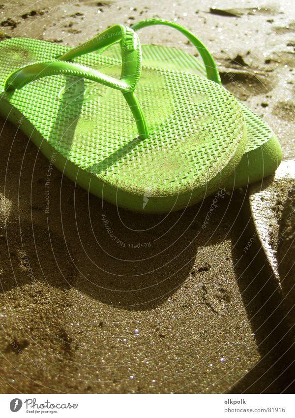 krass grüne Flip Flops Wasser Sonne Meer grün Sommer Strand Ferien & Urlaub & Reisen ruhig Erholung Sand Schuhe Küste Freizeit & Hobby Gelassenheit Sonnenbad beige