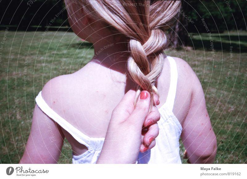 Haare flechten Haare & Frisuren Nagellack Kind Kleinkind Mädchen Mutter Erwachsene Kindheit Rücken 1-3 Jahre 3-8 Jahre Verantwortung binden Zopf sommerlich