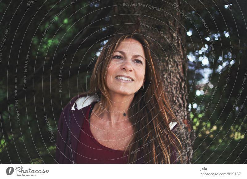 sternchen Mensch feminin Frau Erwachsene 1 45-60 Jahre Umwelt Pflanze Baum Haare & Frisuren brünett blond langhaarig genießen Lächeln lachen Blick ästhetisch