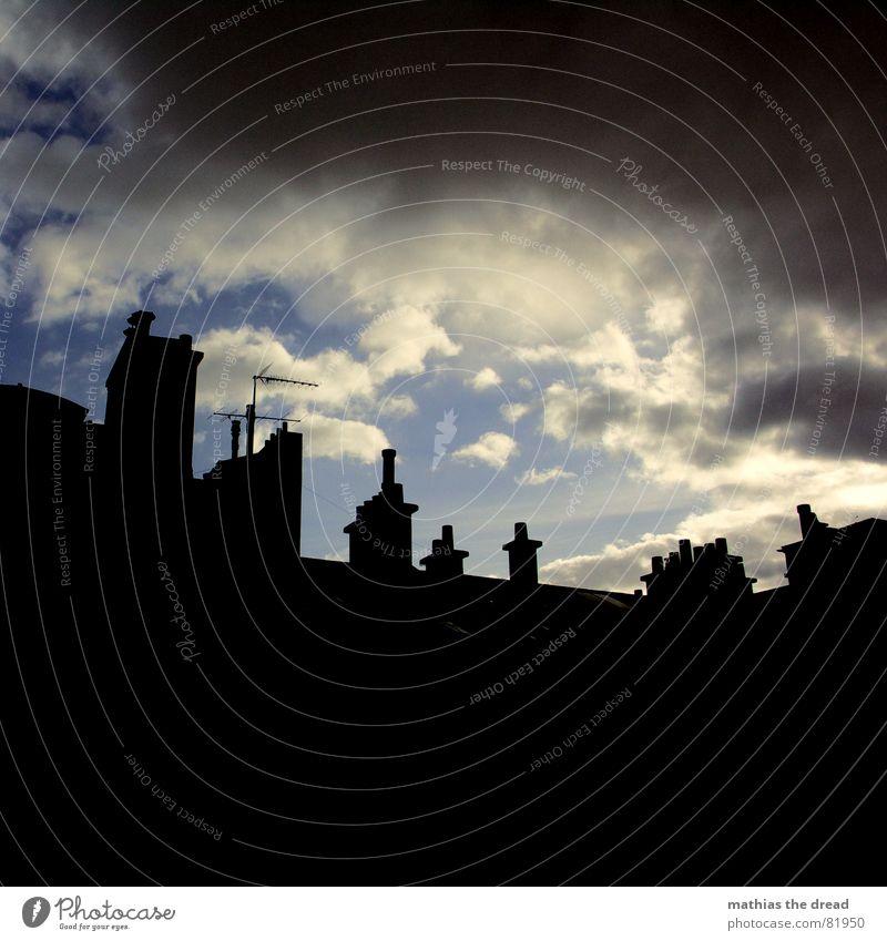 das grauen naht Gewitterwolken Haus Gebäude Fassade Dach Schattenspiel Altbau Antenne Wolken bedrohlich dunkel rund Regen trist Silhouette verdunkeln Bauwerk