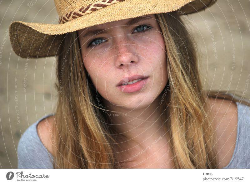 . Mensch Jugendliche schön Junge Frau ruhig feminin natürlich authentisch blond ästhetisch beobachten Kommunizieren Neugier T-Shirt Konzentration Hut