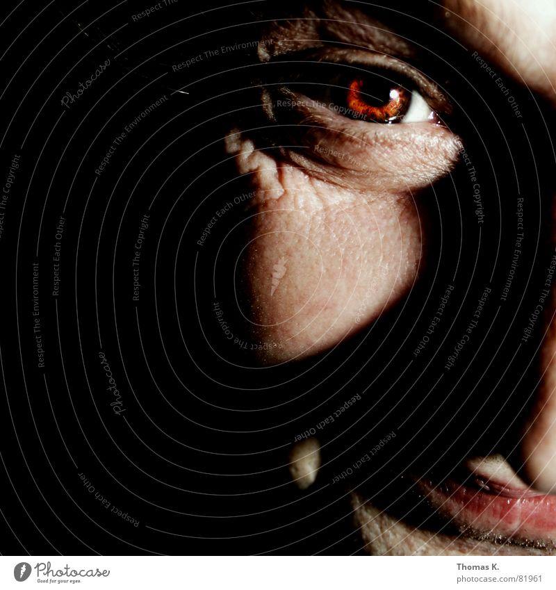 Diese®  Herr malt Bilder. Mann schwarz Gesicht dunkel Kopf außergewöhnlich Nase kaputt bedrohlich skurril böse seltsam ernst fertig Hautfarbe grimmig