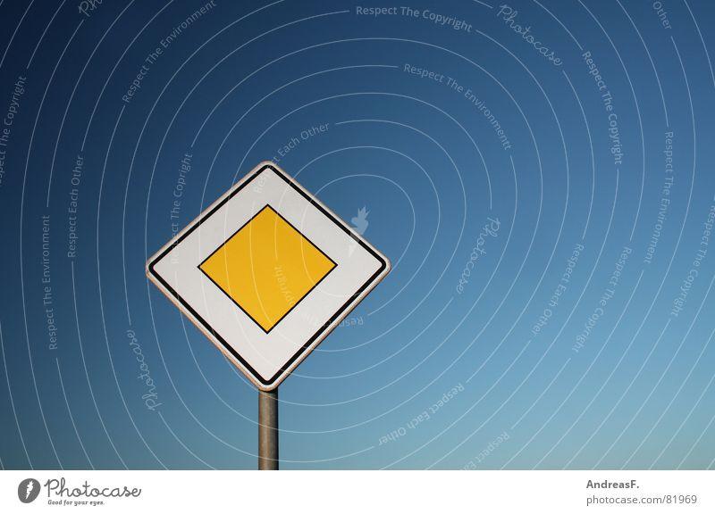 Hauptstraße Himmel blau gelb Freiheit Wege & Pfade Straßenverkehr Schilder & Markierungen frei Verkehr KFZ Lastwagen Autobahn Hinweisschild Main Fahrzeug Straßenkreuzung