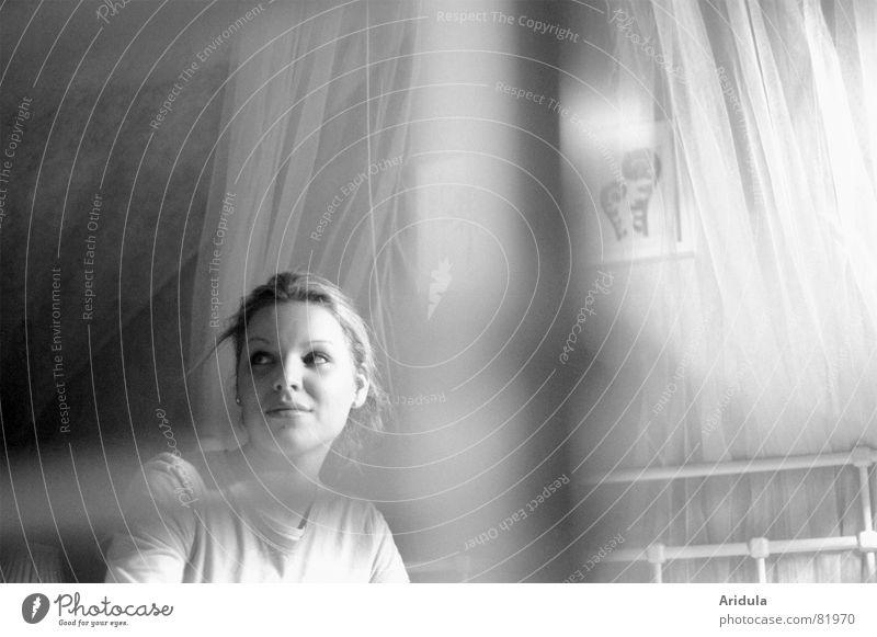 venna Tüll Oberkörper Frau Bett schön Misstrauen Gitter Romantik Sehnsucht weich grau Licht Schlafzimmer gemütlich heimelig Flüchtiger Blick Gefühle Perspektive