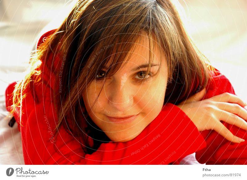 Rotkäppchen Frau Jugendliche rot Gesicht lachen liegen Perspektive Freundlichkeit Vertrauen Aussicht brünett Haarfarbe Haarsträhne sympathisch Fleece Wolljacke