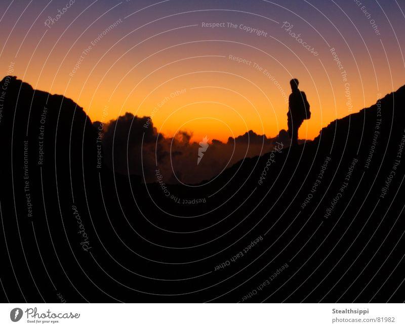Skywalker Mann Himmel ruhig Wolken Einsamkeit dunkel Berge u. Gebirge Freiheit Glück Wärme Kraft wandern gehen Hintergrundbild laufen Ausflug