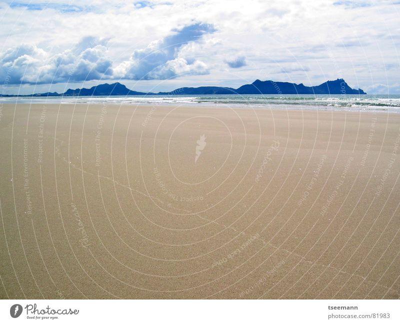 flacher Strand Wasser Himmel Sonne Meer blau Wolken Berge u. Gebirge See Sand braun Küste Horizont Erde leer Unendlichkeit