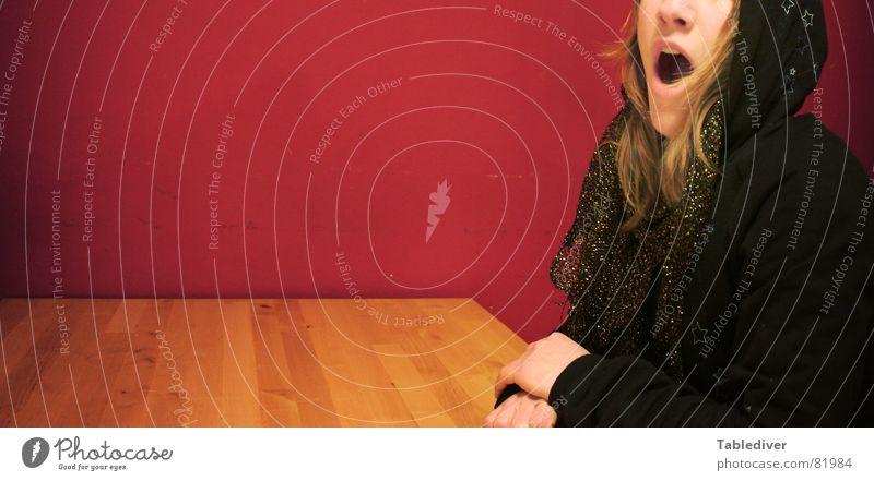 %EW)_(&Ztz²Wöt/zF\\ß*DSÄ-CY(!Ä!) Frau Tisch Küche offen Pullover schwarz Kapuze sitzen Mund gähnen? schreien? beides? kapzuzenpullover Tischkante Tischplatte