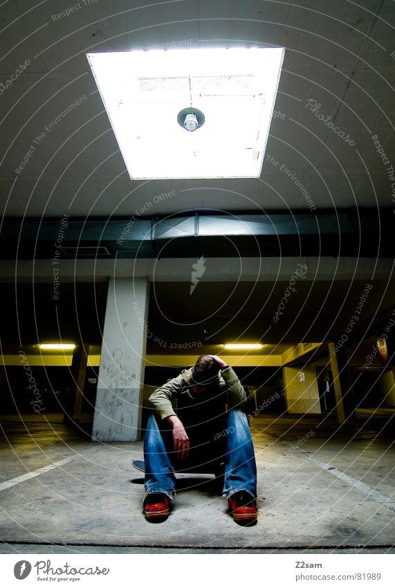 ziellos Mann blau rot Einsamkeit Stil Beleuchtung sitzen Coolness Suche Skateboarding Quadrat Freak Parkplatz lässig Pfosten planlos