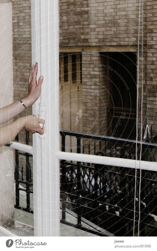 Fenster zum Hof alt Hand weiß schwarz feminin kalt Wand Mauer Luft braun Raum Glas Arme Häusliches Leben Backstein