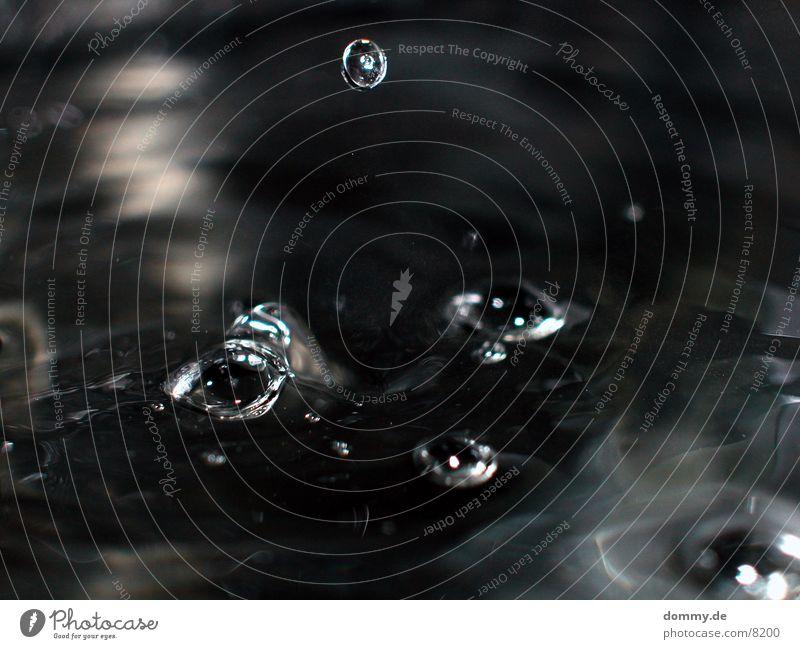 fliegendes Tröpfchen Wasser Wellen Flüssigkeit gefroren spritzen Makroaufnahme