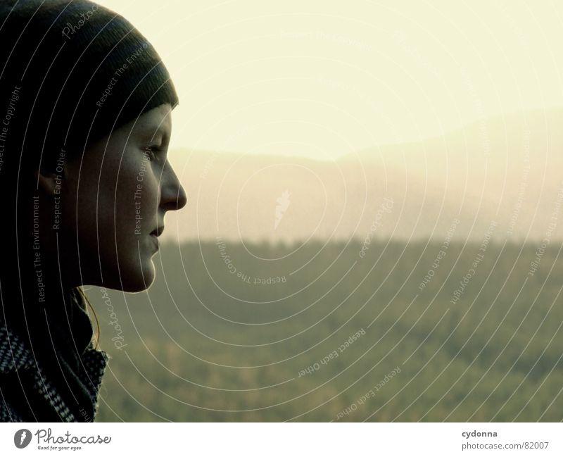 far away I Frau Silhouette Mütze Geistesabwesend verträumt ernst Denken Mittelgebirge weich Einsamkeit Nadelwald Horizont sensibel Umrisslinie Detailaufnahme