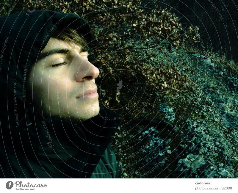 Der Träumer Mann Licht Geistesabwesend verträumt Einsamkeit Schatten dunkel unheimlich Jacke geschlossene Augen träumen ruhig Stein schlafen Körperhaltung