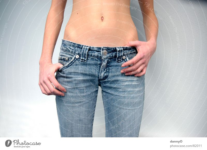 jeans beauty blau Hand schön Erotik braun Körper Arme Finger Jeanshose Hose Bauch Bauchnabel
