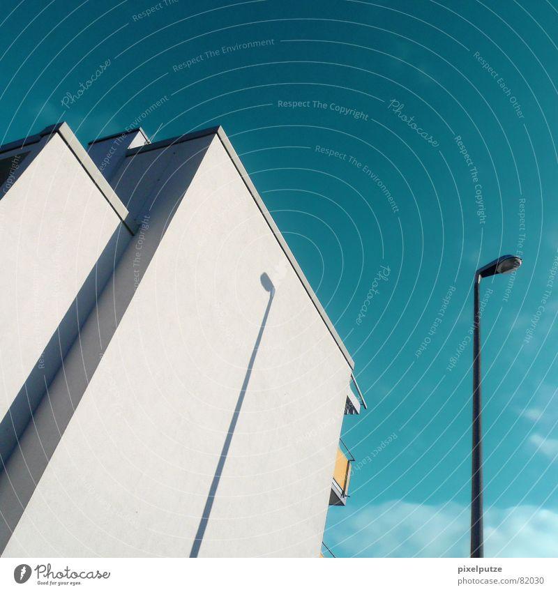 schatten weitwurf Wohnung stürzend werfen Haus Hochhaus Fassade Wand Balkon Ecke dezent gelb türkis grau schwarz Wolken Wolkenhimmel Lampe Laterne Licht Neubau