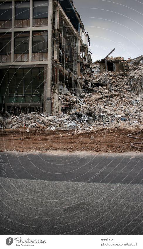 Steinlaus Alarm ! Stadt Haus Straße Stein Gebäude Wandel & Veränderung Baustelle Asphalt Müll Vergänglichkeit verfallen Stahl Verfall Handwerk Krieg