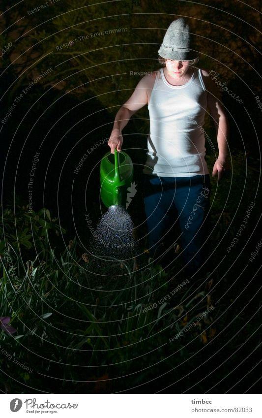 Gartenarbeit Mann Jugendliche Wasser weiß grün Pflanze Sommer ruhig Einsamkeit dunkel Freiheit verrückt T-Shirt stehen außergewöhnlich