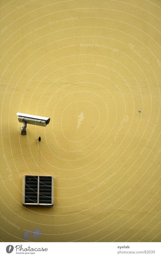 Prävention Gelb Wand gelb Überwachung beobachten Sicherheit Terror Terrorismus Lüftung übertreiben Pornographie Parkplatz Gebäude Haus Elektrisches Gerät