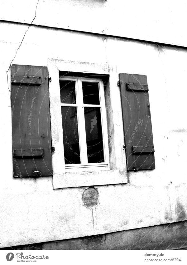 dirtyWINDOW1 Fenster dreckig klein schwarz weiß Architektur alt abgewaschen schäbig Schwarzweißfoto