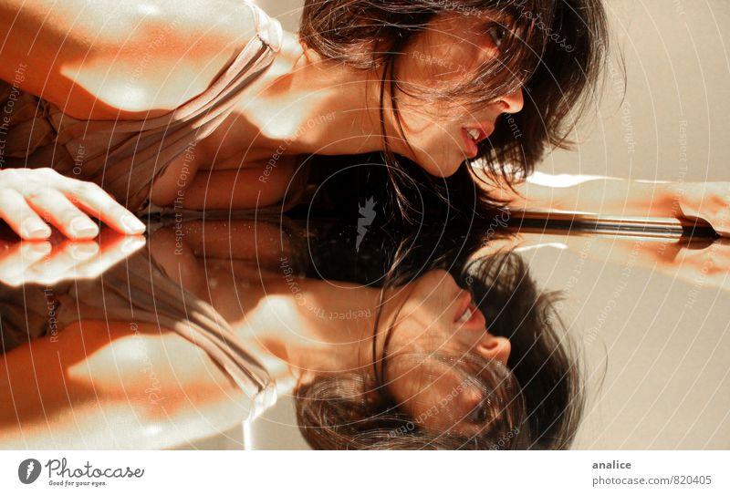 Mensch Frau schön Erwachsene feminin liegen Unendlichkeit fallen geheimnisvoll dünn Spiegel brünett anstrengen krabbeln Stolz Willensstärke