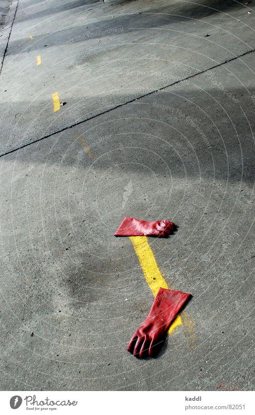 roter Handschuh 2 rot gelb Farbe Linie Bodenbelag obskur Handschuhe