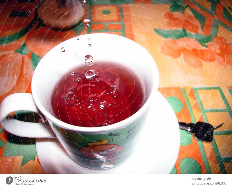 Zucker in den Tee Tasse spritzen Wassertropfen Makroaufnahme Nahaufnahme Tischwäsche