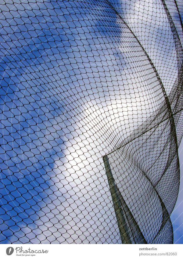Wind Himmel blau weiß Wolken schwarz Luftverkehr Netz Zaun Verbindung Sturm Paradies Alkoholisiert Flucht Gitter Hochspannungsleitung