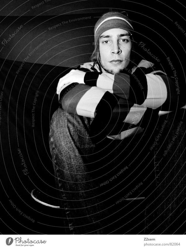 ziellos II Mensch Mann blau rot Einsamkeit schwarz Stil Beleuchtung Arme sitzen Coolness Streifen Suche Bart Skateboarding Quadrat