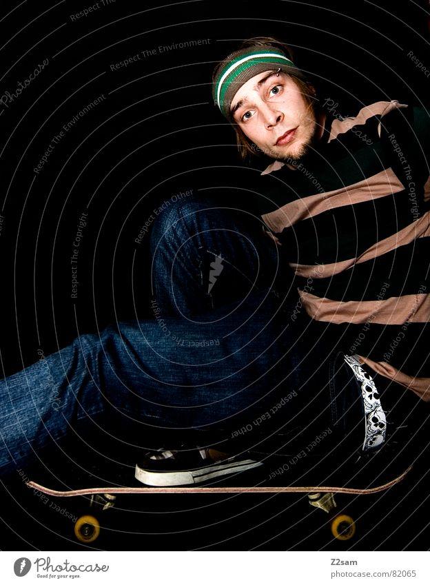 die balance Zufriedenheit Schuhe Mann Gürtel Streifen Stirnband Stil Skateboarding man Fuß modern Rolle Jeanshose Parkdeck portraite